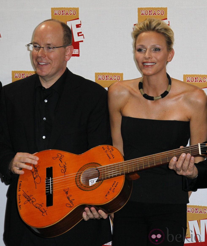 Alberto de Mónaco y Charlene Wittstock reciben un regalo de 'The Eagles'