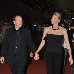 Alberto de Mónaco y Charlene Wittstock cogidos de la mano
