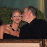 Alberto de Mónaco besa a Charlene Wittstock en su despedida de solteros