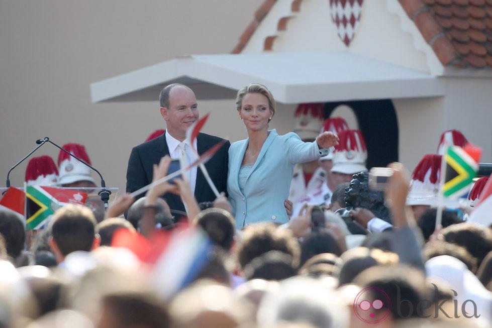 Alberto de Mónaco y Charlene Wittstock saludan al pueblo tras casarse