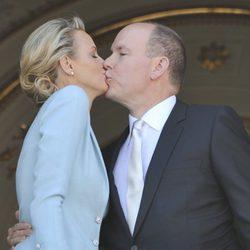 El beso que sella el enlace de Alberto de Mónaco y Charlene Wittstock