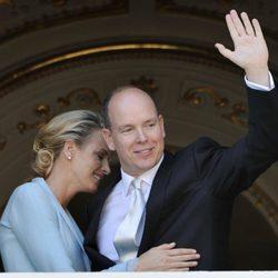 Alberto de Mónaco saluda al pueblo junto a Charlene Wittstock