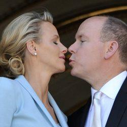 Alberto de Mónaco y Charlene Wittstock, cariñosos tras casarse