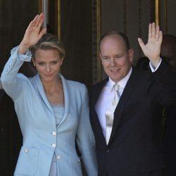 Los Príncipes Alberto y Charlene saludan desde el Palacio de Mónaco