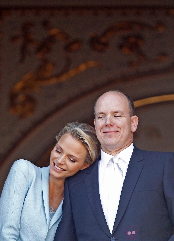 Charlene Wittstock se apoya en su marido Alberto de Mónaco tras casarse
