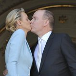 Alberto de Mónaco y Charlene Wittstock besándose desde el balcón de Palacio