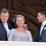 Los padres y los hermanos de Charlene Wittstock en el balcón de Palacio