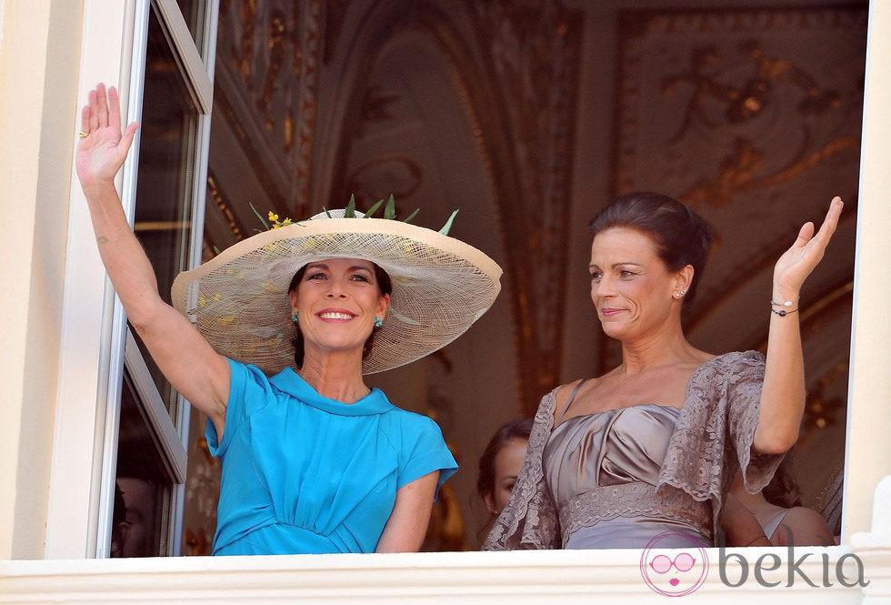 Las Princesas Carolina y Estefanía de Mónaco saludan desde el balcón de Palacio