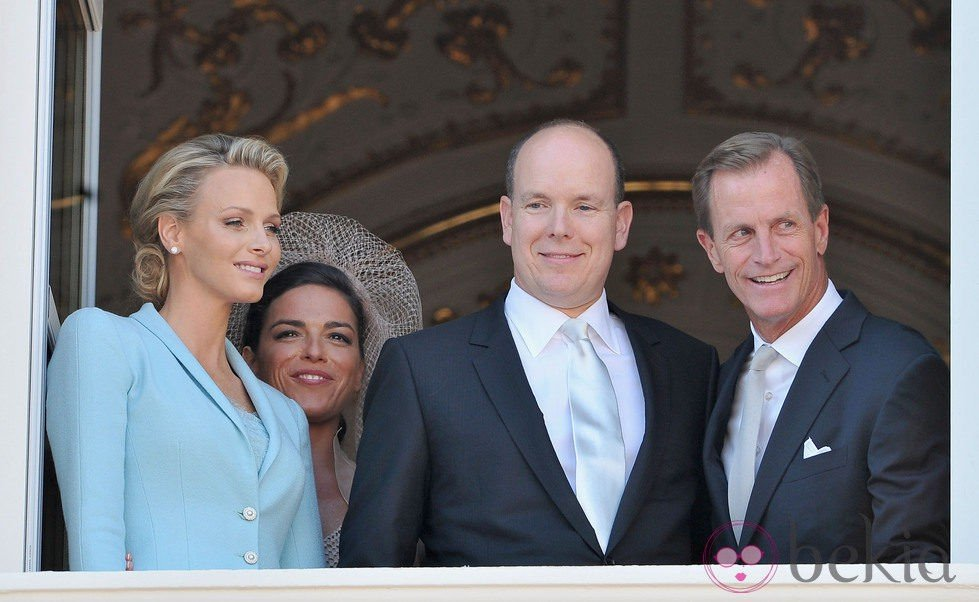 Alberto y Charlene junto a los testigos de su boda civil
