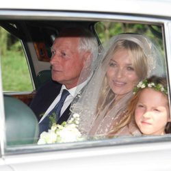 Kate Moss llega a su boda con su padre y su hija, Lila Grace