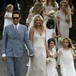 Kate Moss y su marido Jamie Hince tras la ceremonia