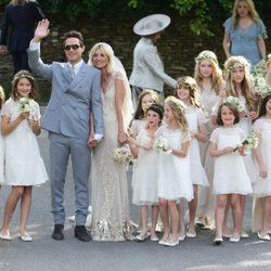 Kate Moss y Jamie Hince posan con sus damas de honor