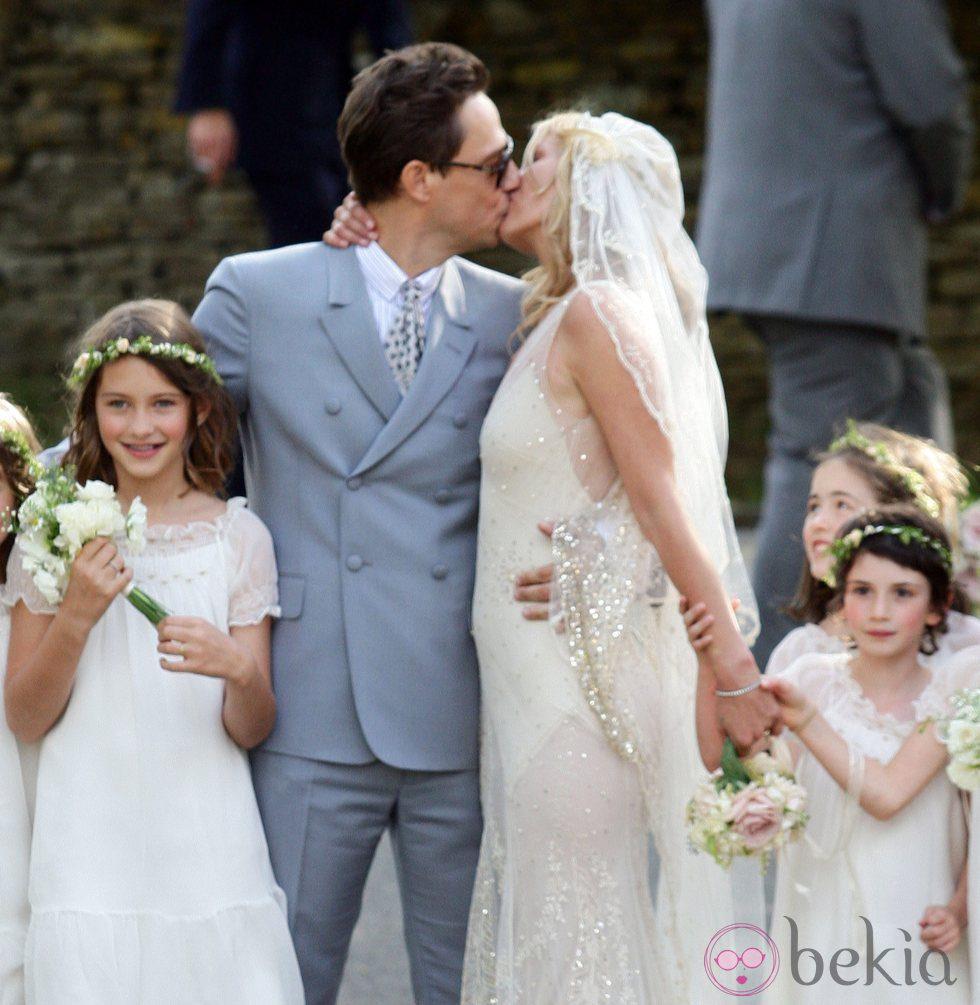 Kate Moss y Jamie Hince se besan tras su boda