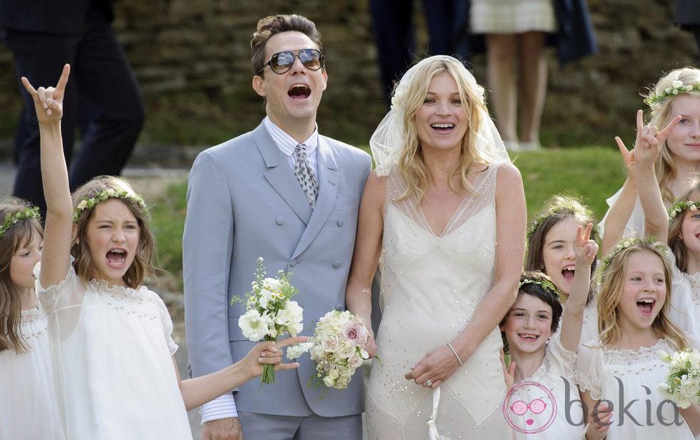 Las damas de honor de Kate Moss y Jamie Hince dedican unos cuernos a la prensa