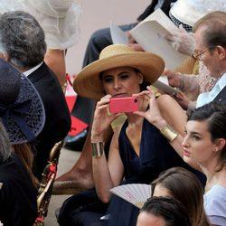 Ines de la Fressange haciendo fotos con su iPhone en la boda de Alberto de Mónaco