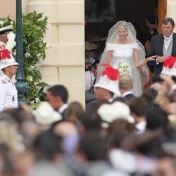 Charlene Wittstock llega de la mano de su padre a la boda religiosa con Alberto de Mónaco