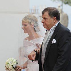 Charlene Wittstock con su padre, Michael Kenneth Wittstock, durante su boda