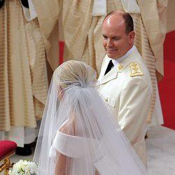 Alberto de Mónaco y Charlene Wittstock durante su boda religiosa