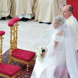 Charlene Wittstock y Alberto de Mónaco durante la ceremonia religiosa
