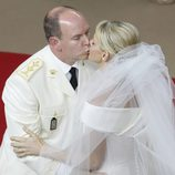 El beso de Alberto de Mónaco y Charlene Wittstock en la boda religiosa