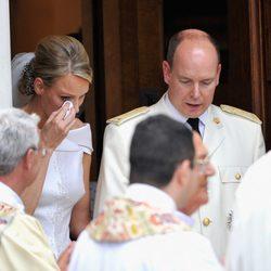 Charlene Wittstock se limpia las lágrimas a su salida de Santa Devota