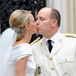 Charlene y Alberto de Mónaco: beso en Santa Devota
