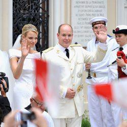 Charlene y Alberto de Mónaco salen de Santa Devota