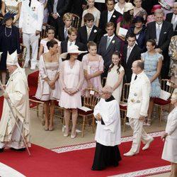 Los Grimaldi observan la llegada de Alberto de Mónaco al altar