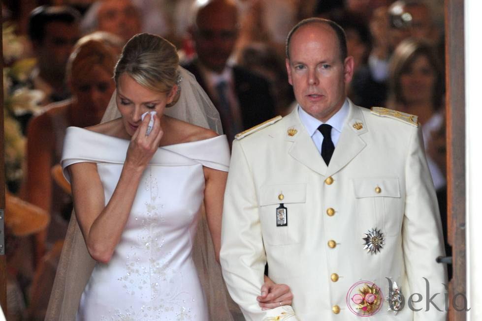 Charlene de Mónaco enjuga sus lágrimas a la salida de Santa Devota
