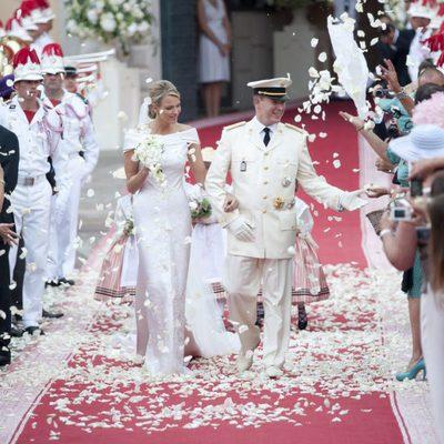 Alberto y Charlene de Mónaco caminan entre pétalos de rosa