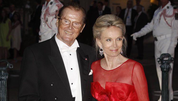 Roger Moore y Kristina Tholstrup en la cena de gala de la boda de Alberto de Mónaco