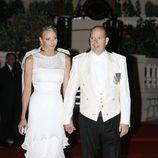Charlene Wittstock y Alberto de Mónaco llegan a la cena de gala