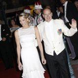 Charlene y Alberto saludan a los asistentes a la cena de gala tras su boda
