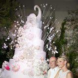 Charlene Wittstock y Alberto de Mónaco cortan la tarta nupcial de la boda real
