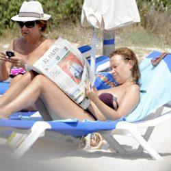 Leire Pajín leyendo El País en la playa de Menorca