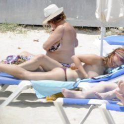 Leire Pajín toma el sol en las playas de Menorca
