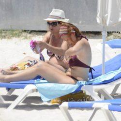 Leire Pajín, relax vacacional en las playas de Menorca