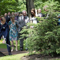 El Príncipe Guillermo planta un árbol en Canadá
