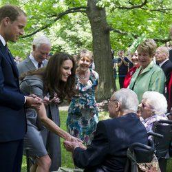 Los Duques de Cambridge saludan a unos ancianos en Canadá