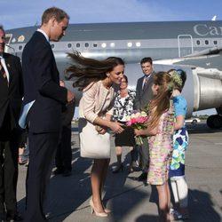 Los Duques de Cambridge saludan a unos niños en Prince Edward Island