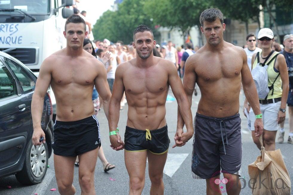 Hombre desnudo con otro hombre