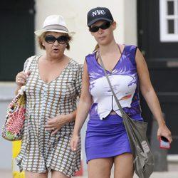Leire Pajín pasea con su madre por Menorca