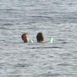 El Presidente y la Primera Dama de Francia bañándose en el mar