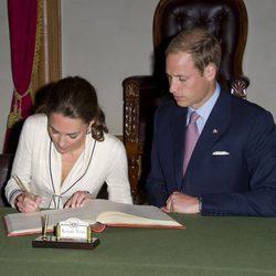 Los Duques de Cambridge firman en Province House en Charlottetown