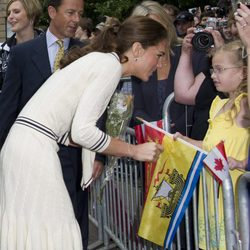 La Duquesa de Cambridge atiende a una niña en Charlottetown