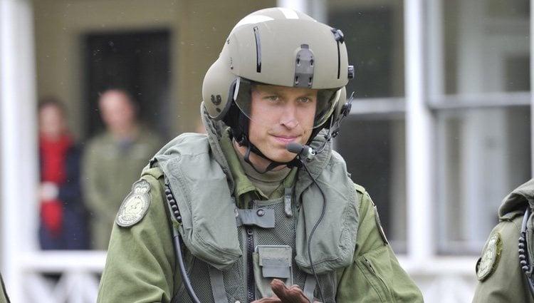 Guillermo de Inglaterra antes de pilotar un helicóptero en Canadá