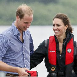 Guillermo y Catalina de Cambridge sonrientes en el lago Dalvay