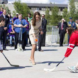 La Duquesa de Cambridge jugando al hockey en Canadá