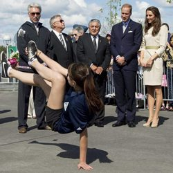 Los Duques de Cambridge contemplan el juego de una niña en Yellowknife