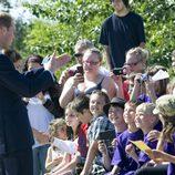 El Príncipe Guillermo saluda a unos niños en Yellowknife